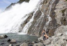 Mädchen durch den Wasserfall Lizenzfreies Stockbild