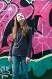 Mädchen durch eine Graffitiwand stockbilder