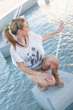 Mädchen durch einen Brunnen Lizenzfreie Stockbilder
