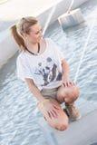 Mädchen durch einen Brunnen Lizenzfreie Stockfotografie