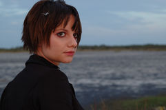 Mädchen durch Lake Stockfotos