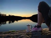 Mädchen-durch-See Stockfoto