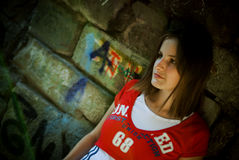 Mädchen durch Wand Stockfotos