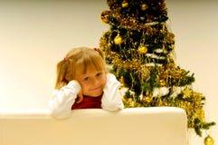 Mädchen durch Weihnachtsbaum Lizenzfreie Stockfotos