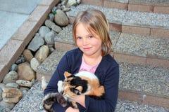 Mädchen eine ihre Katze Lizenzfreies Stockbild