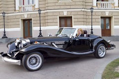Mädchen in einem alten Auto Lizenzfreies Stockbild