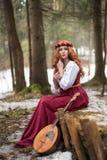 Mädchen in einem alten Kleid mit einer Gitarre stockfotos