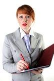Mädchen in einem Anzug hält ein Faltblatt an Lizenzfreies Stockbild