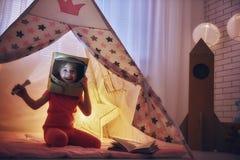 Mädchen in einem Astronautenkostüm lizenzfreie stockfotografie