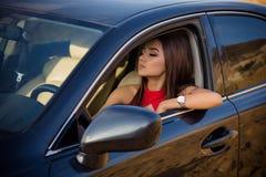 Mädchen in einem Auto lizenzfreie stockbilder