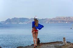 Mädchen in einem Badeanzug, der auf dem Pier steht Lizenzfreies Stockbild