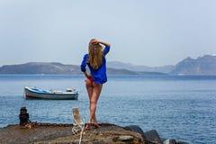 Mädchen in einem Badeanzug, der auf dem Pier steht Stockfotos