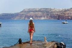 Mädchen in einem Badeanzug, der auf dem Pier steht Stockfotografie