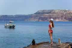 Mädchen in einem Badeanzug, der auf dem Pier steht Lizenzfreie Stockfotos