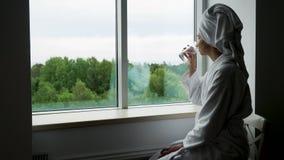 Mädchen in einem Bademantel und in einem Tuch auf Hauptsitzen stock video footage
