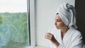 Mädchen in einem Bademantel und in einem Tuch auf Hauptsitzen stock video