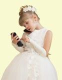 Mädchen in einem Ballkleid sprechend am Telefon Stockfotografie
