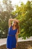 Mädchen in einem blauen Kleid der Park Stockfoto