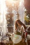Mädchen in einem Brunnen Stockfotos