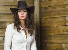 Mädchen in einem Cowboyhut Stockbild