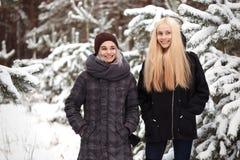 Mädchen in einem Elendsviertel des verschneiten Winters Wald Lizenzfreie Stockfotos