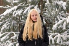 Mädchen in einem Elendsviertel des verschneiten Winters Wald Lizenzfreie Stockbilder