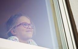 Mädchen in einem Fenster stockfotografie
