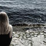 Mädchen in einem Fluss lizenzfreie stockbilder