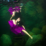 Mädchen in einem Fluss lizenzfreie stockfotos