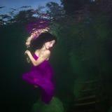 Mädchen in einem Fluss lizenzfreies stockbild