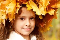 Mädchen in einem gelben Hauptwreath Stockbilder