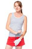 Mädchen in einem gestreiften T-Shirt, das mit einem Golfclub auf Weiß aufwirft Lizenzfreie Stockfotografie