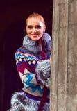 Mädchen in einem gestrickten Mantel stockfotografie