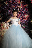 Mädchen in einem hellblauen Ballkleid Stockfotografie