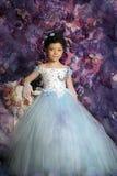Mädchen in einem hellblauen Ballkleid Stockbild