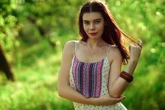Mädchen in einem hellen Kleid im Wald Lizenzfreie Stockfotografie
