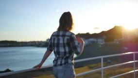 Mädchen in einem Hemd geht entlang die Ufergegend stock footage