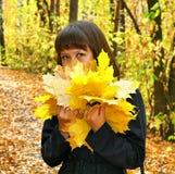 Mädchen in einem Herbstwald stockfotos