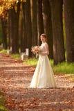 Mädchen in einem Hochzeitskleid Stockbilder