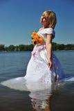 Mädchen in einem Hochzeitskleid im Wasser Lizenzfreies Stockfoto