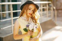 Mädchen in einem Hut stockfotografie