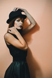 Mädchen in einem Hut stockfotos
