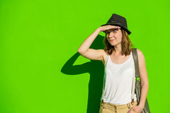 Mädchen in einem Hut auf einem Hintergrund der grünen Wand Stockbilder