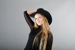Mädchen in einem Hut und in einem schwarzen Kleid Lizenzfreies Stockbild