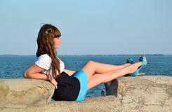 Mädchen in einem Kleid auf einem Hintergrund des Meeres Stockfoto