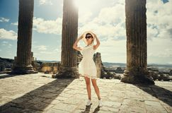 Mädchen in einem Kleid auf Ruinen kapitol Reise, Ferien Tunesien, Dougga Stockfotografie