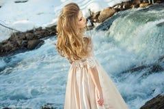 Mädchen in einem Kleid in der Natur stockfotografie