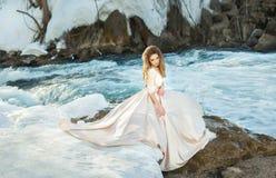 Mädchen in einem Kleid in der Natur Stockbilder