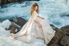 Mädchen in einem Kleid in der Natur lizenzfreies stockbild