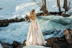 Mädchen in einem Kleid in der Natur stockfoto